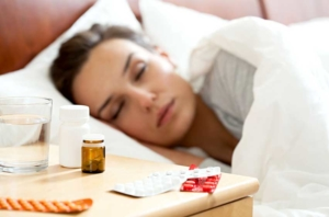 Frau schläft nach Einnahme von Schlaftabletten