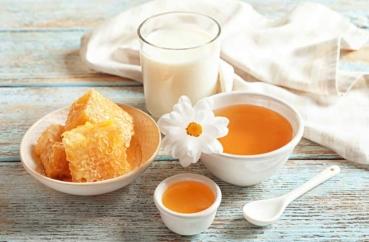Beliebtestes Hausmittel zum Einschlafen: Milch mit Honig