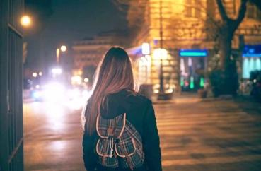 Frau geht abends spazieren