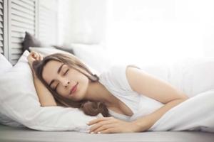 Ruhig einschlafende Frau im Bett